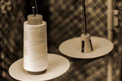 Bobina de hilo en maquina de coser en cepia