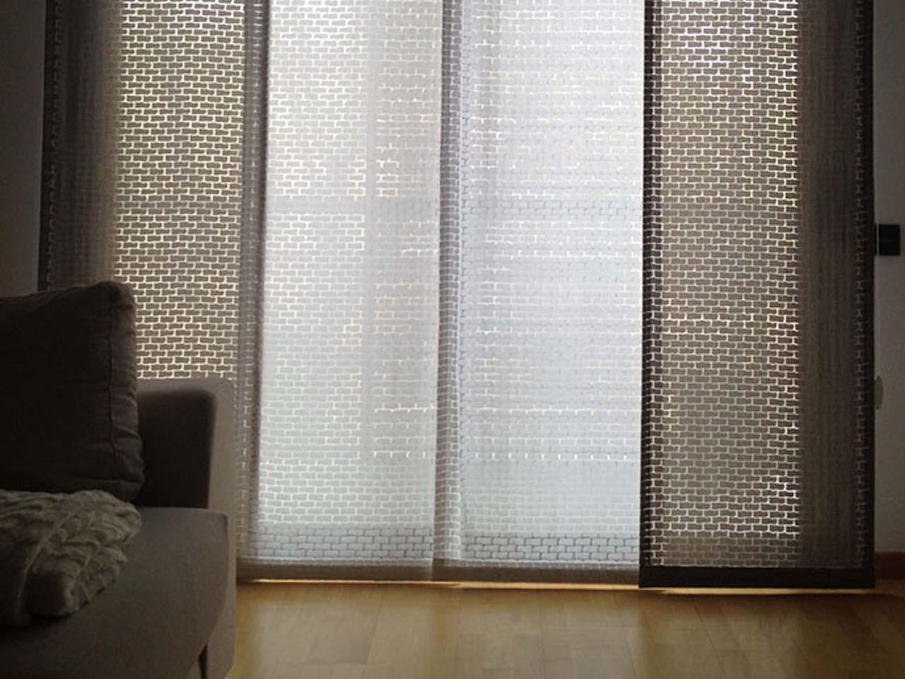 Cortines de panell en blancs i marrons detalls
