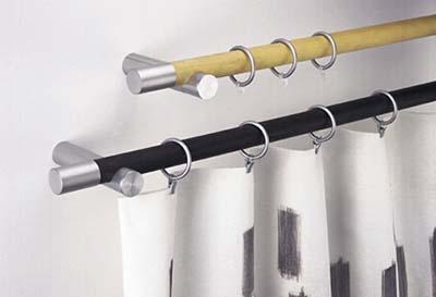 Barra de cortina de fusta amb tres anelles i barra amb anelles i cortines