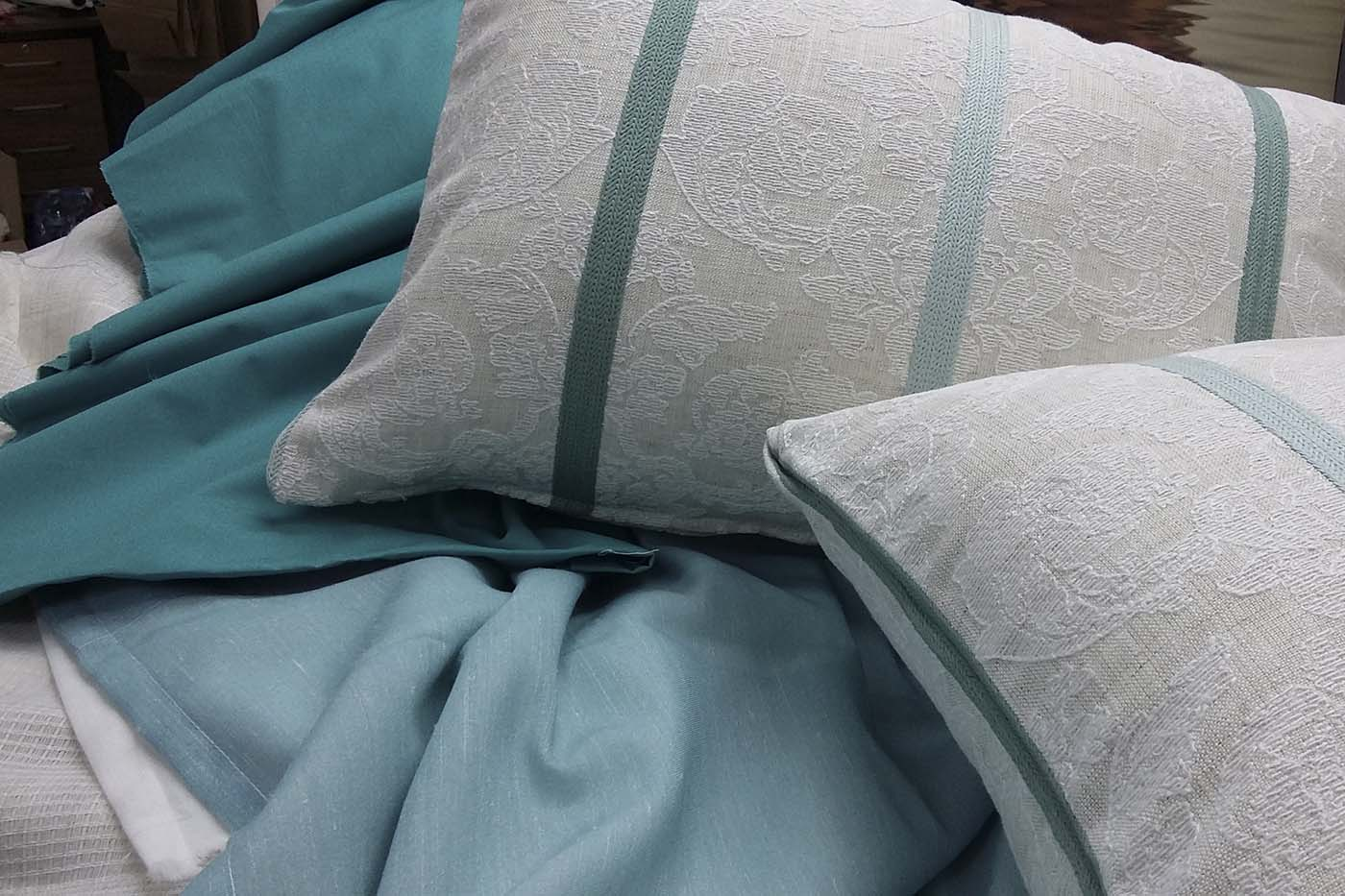 Coixins blancs i blaus sobre manta blava