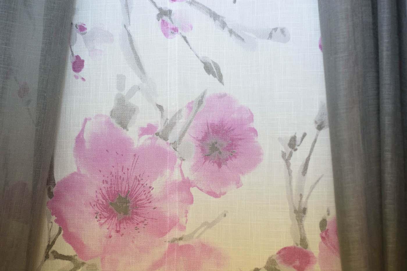 Cortines de color blanc amb estampat de flors roses