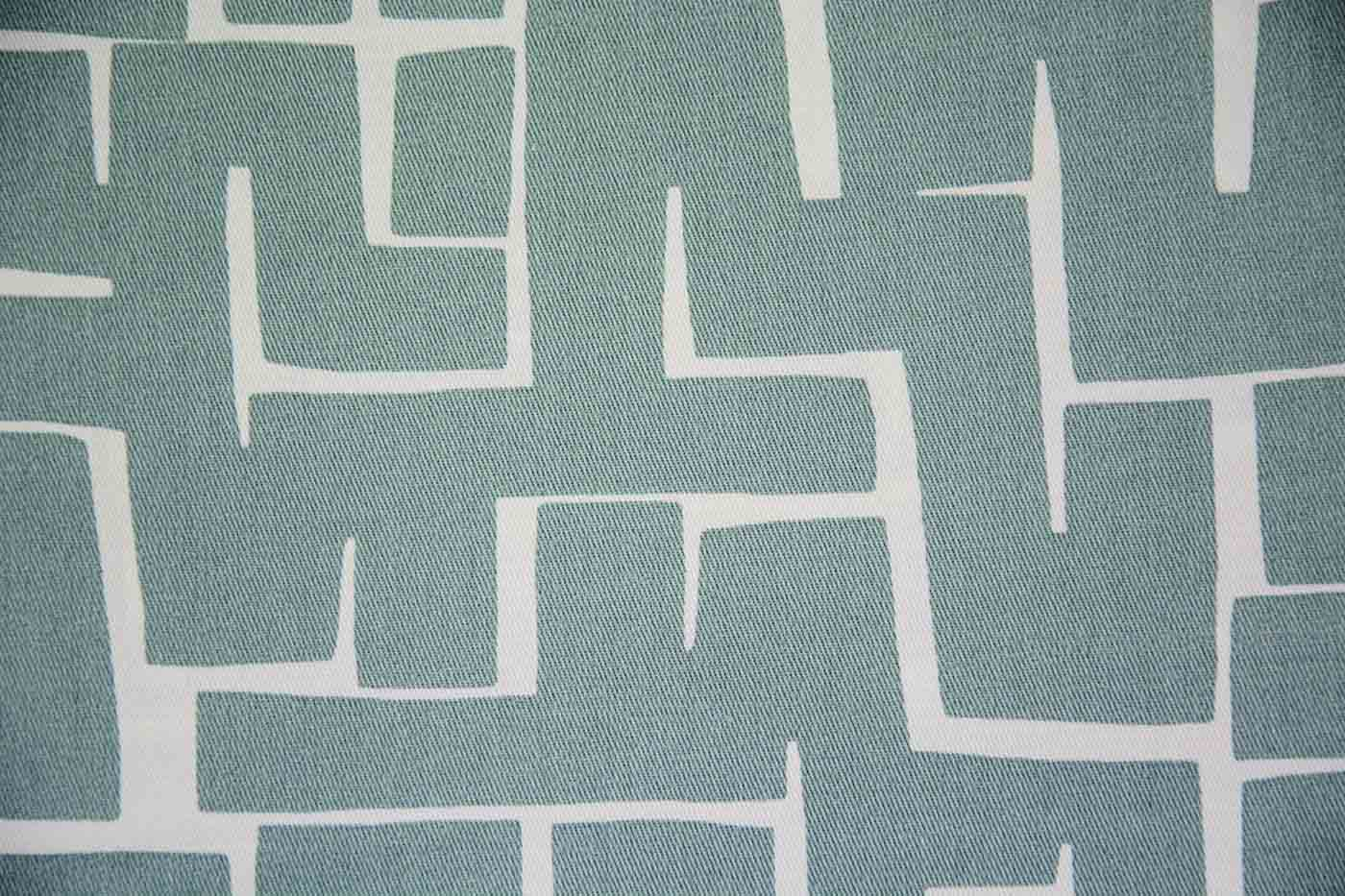 Detall estampat tèxtil blau clar sobre blanc