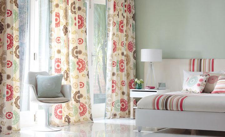 Habitació amb cortines i roba de llit estampat d'editors