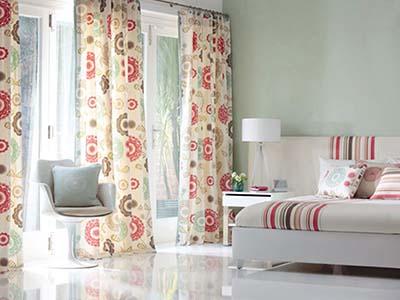 Salón con sofá y cortinas estampados
