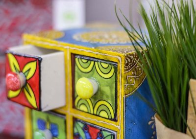 Calaixera miniatura de fusta i ceràmica colors vius