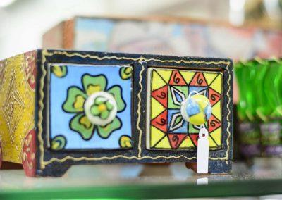 Calaixera miniatura fusta i ceràmica de colors vius