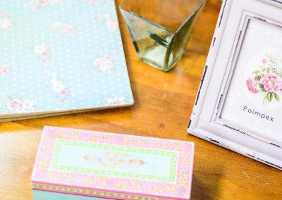 Mesa fusta amb marc de foto caixa de colors i llibreta estampada