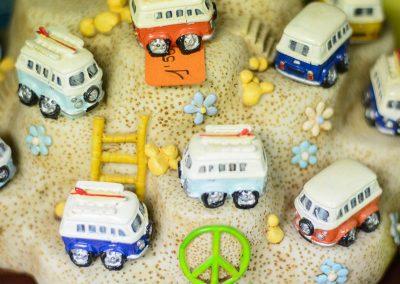 Cotxes miniatura sobre textura i flors