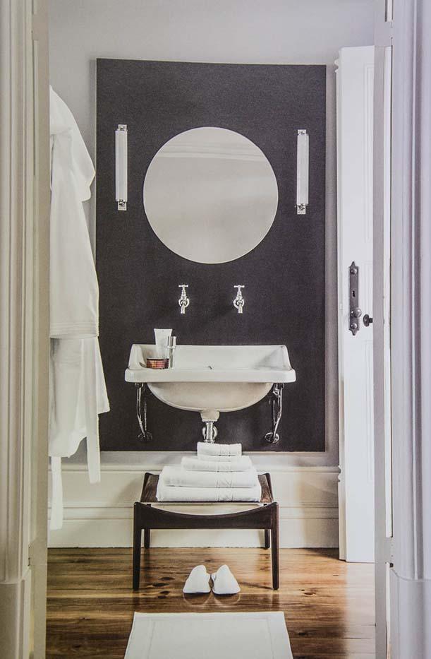 Cambra de bany clàssica barnús tovalloles blancs