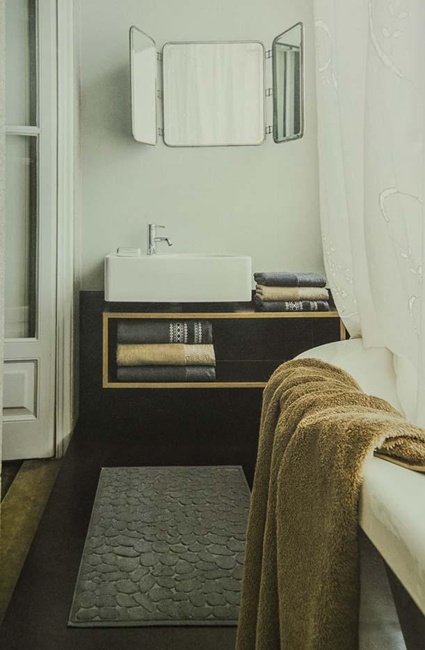 Cambra de bany amb tovallola marró en banyera