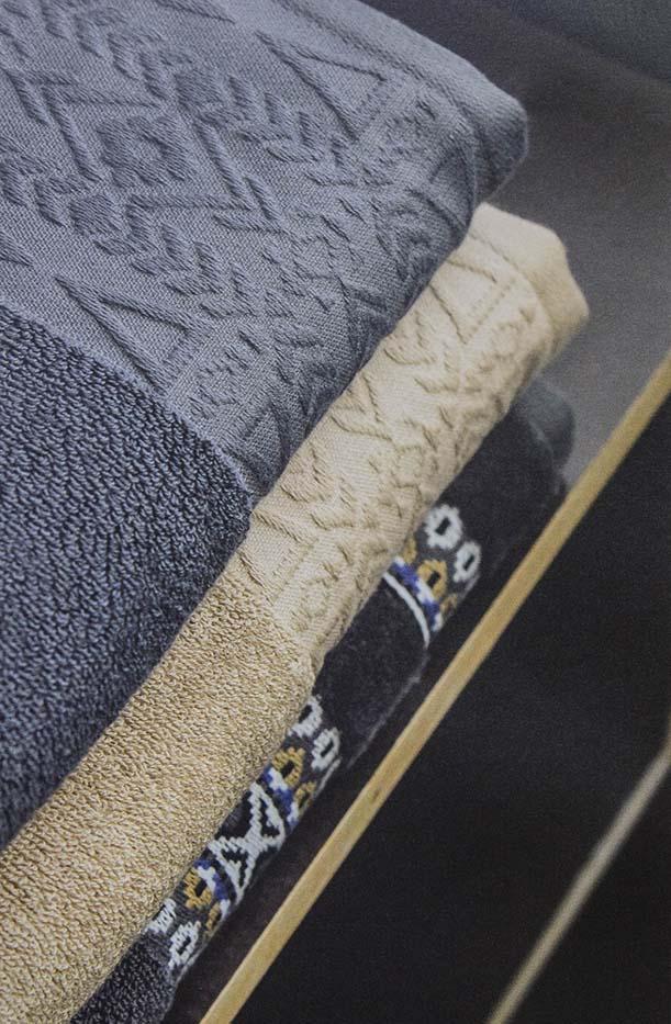 Tovalloles apilades de diferents colors