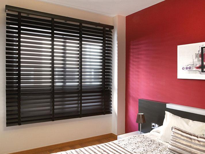 Cortina plegable negra en habitación roja