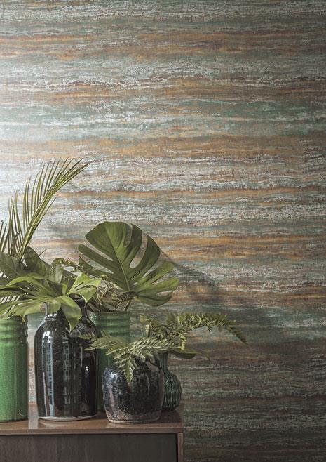 Paret pintada simulació marbre. Mesa de fusta amb gerros amb plantes en el seu interior.