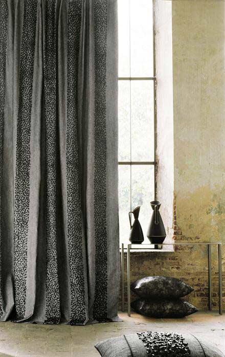 Ventanal con cortinas tradicionales color gris estilo rústico