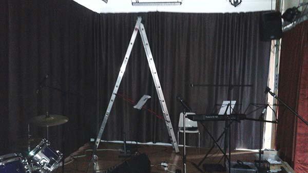 Escalera en escenario musical montaje telón de fondo