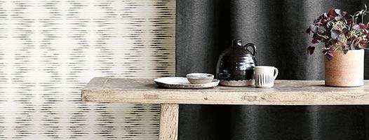 Cortines llises naturals i taula davant