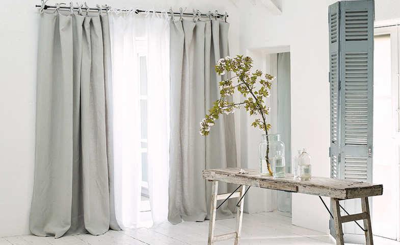 Cortines convencionals de lli en una finestra saló rústic Instal·lació de cortines de la Rosa d'Alexandria