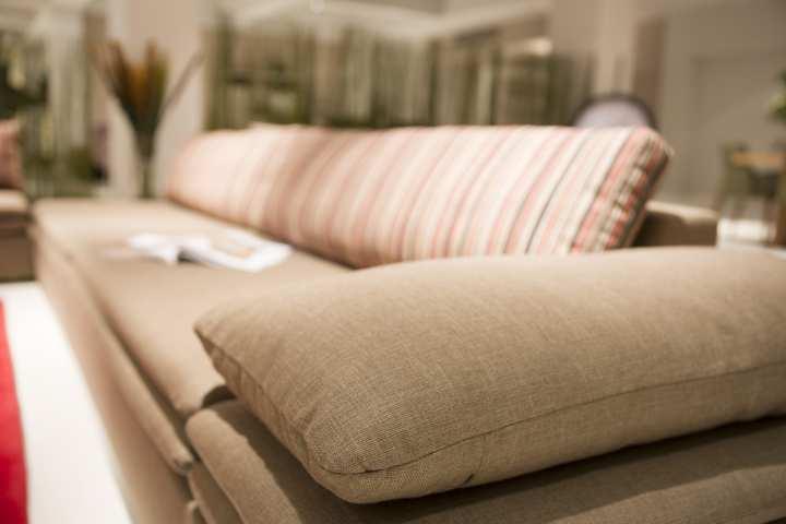 Sofá tapizado en colores cálidos hecho por Rosa d'Alexandría cortinas en Barcelona