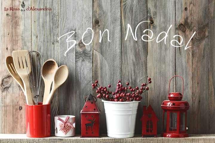 Estantería con regalos y objetos decorativos del hogar blancos y rojos letrero de bon nadal logo de la Rosa d'Alexandría