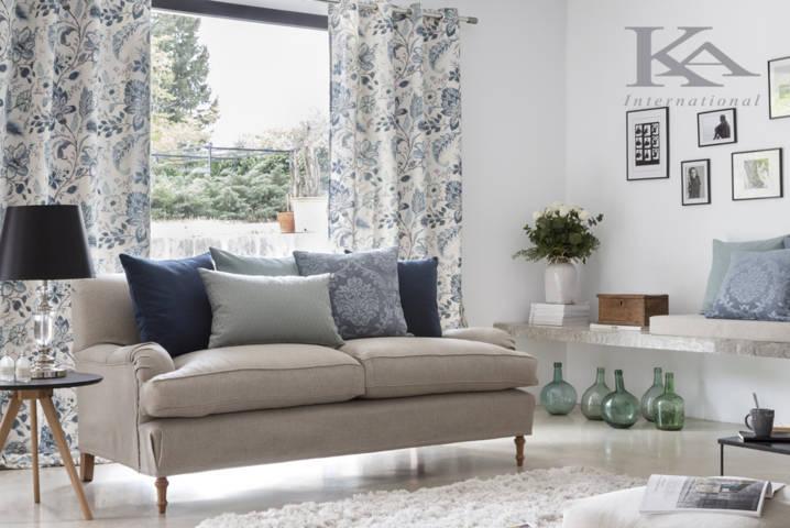 Salón en tonos pasteles con cortinas convencionales estampadas azules y ropa de casa