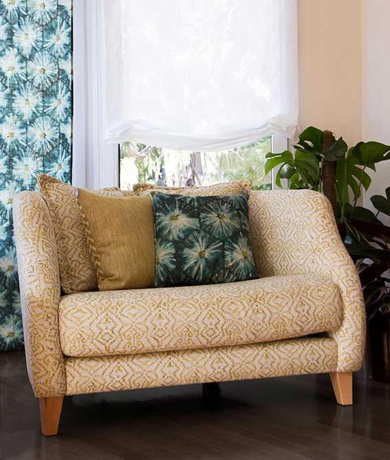 sofá colores cálidos cortinas blancas y azules publicidad para comprar cortinas