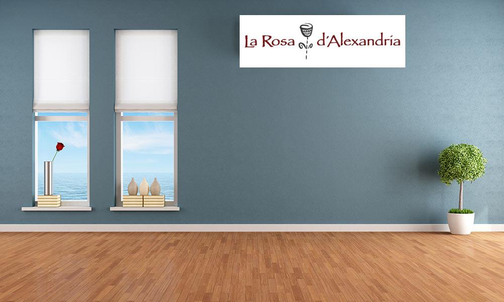 dues finestres amb cortines plegables amb vista al mar en habitació de parquet i test