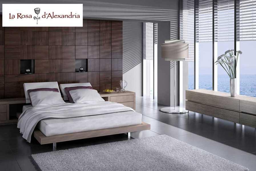 Dormitorio con ventana al mar cama alfombra y cortinas venecianas