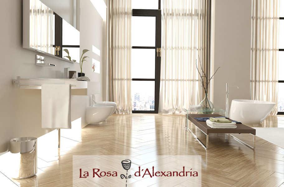 cuarto de baño moderno y minimalista con bañera, sanitarios mesa auxiliar y cortinas de baño