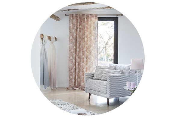 Habitación moderna con sofá cortinas y cojines de la nueva colección de telas