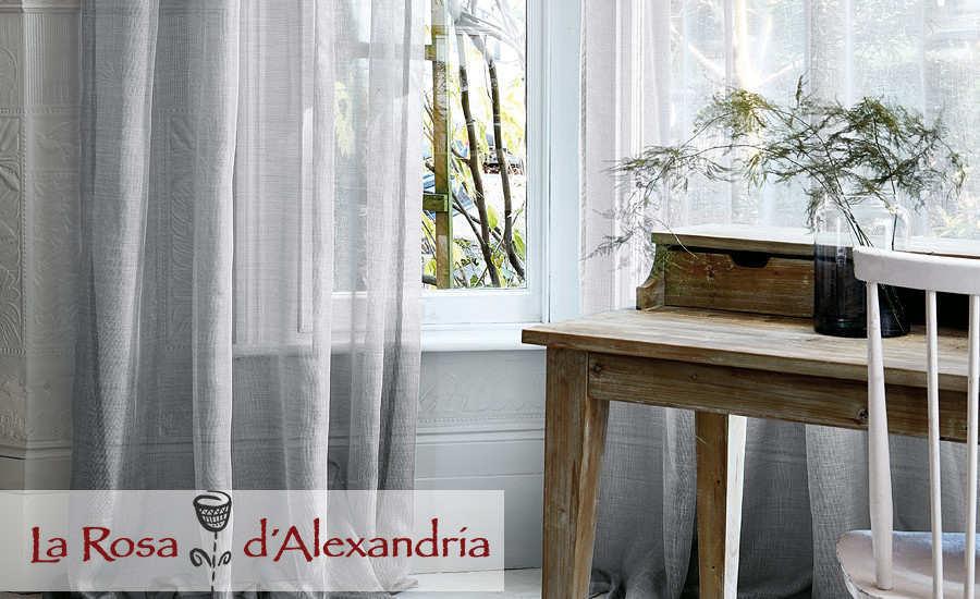 cortinas sencillas y elegantes translúcidas en ventanas parte de mesa rústica y silla