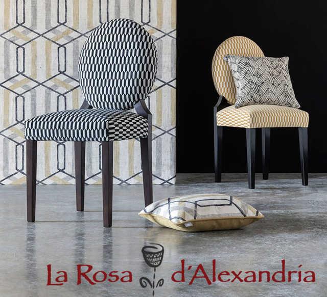 dos sillas con cojines de la tapizados cortinas de otoño