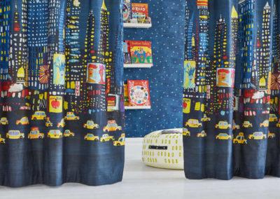 habitaciones infantiles cortina con dibujos de coches