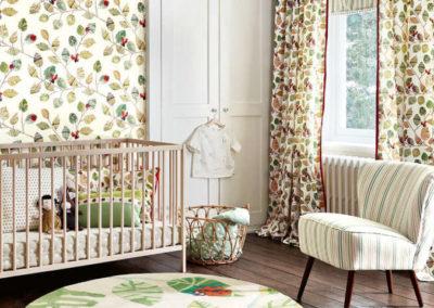 Habitaciones infantiles de bebé con cuna y sofá cortinas convencionales