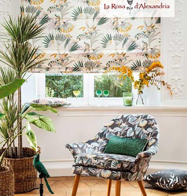 Salón con ventana butaca y planta publicitando las tiendas de cortinas en Barcelona y Mataró