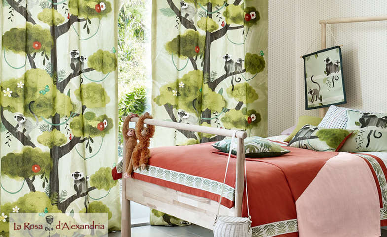 Habitación infantil con cama y cortina infantil con estampado de monos